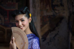 Menina tailandesa bonita no traje tradicional tailandês Foto de Stock