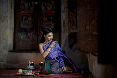 Menina tailandesa bonita no traje tradicional tailandês Imagem de Stock