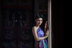 Menina tailandesa bonita no traje tradicional tailandês Imagens de Stock