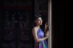 Menina tailandesa bonita no traje tradicional tailandês Fotos de Stock