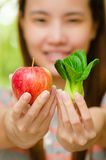 Menina tailandesa com frutas e legumes. Fotos de Stock