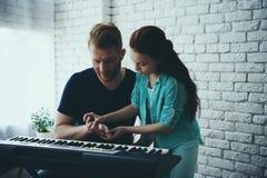 A menina talentoso ensina pai redheaded imagem de stock royalty free