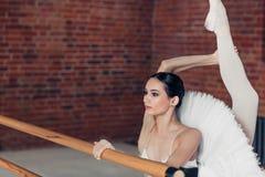 Menina talentoso que demonstra suas habilidades de dança imagens de stock royalty free