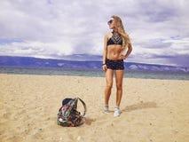 Menina Tanned na praia fotos de stock