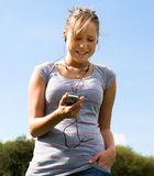 Menina, telefone móvel e fones de ouvido Foto de Stock Royalty Free