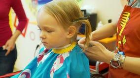 A menina tem o corte de cabelo vídeos de arquivo