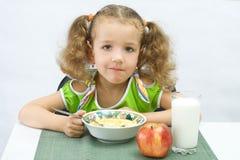 A menina tem o pequeno almoço Fotografia de Stock Royalty Free