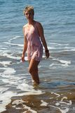 A menina tem um banho no mar fotos de stock