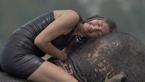 A menina tem um chuveiro no elefante filme