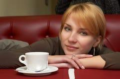 A menina tem uma ruptura com café Imagem de Stock Royalty Free