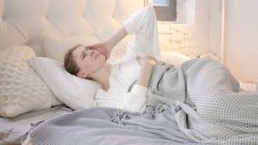 Menina tensa com dor de cabeça que dorme na cama, incômodo vídeos de arquivo