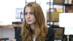 Menina tensa frustrante triste, virada no trabalho, escritório video estoque