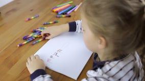 A menina tira bandeiras dos lápis video estoque