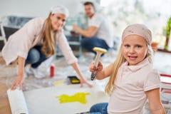A menina tiver a pintura do quando do divertimento imagens de stock royalty free