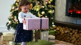 A menina toma a caixa atual grande e dá-à seu pai filme
