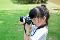 A menina toma a fotografia exterior Foto de Stock Royalty Free