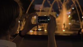 A menina toma a imagem da fonte na noite Batumi, Geórgia video estoque