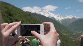 A menina toma imagens das montanhas no telefone - mt Ushba, Geórgia vídeos de arquivo