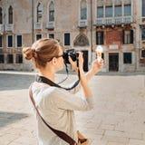 A menina toma imagens do gelado no quadrado em Veneza fotografia de stock