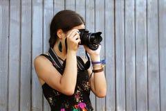 A menina toma retratos imagens de stock