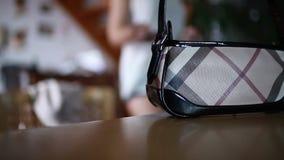 A menina toma sua bolsa filme