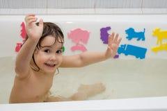 A menina toma um banho Fotos de Stock Royalty Free