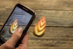A menina toma uma imagem de uma maçã cortada Fotos de Stock Royalty Free