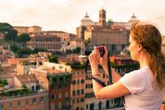 A menina toma uma imagem no monte de Palatine em Roma Imagem de Stock Royalty Free