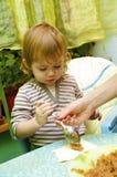Menina a torta do cozinheiro das maçãs Fotografia de Stock