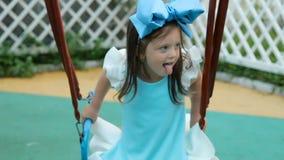 Menina três anos com a curva azul em sua cabeça filme
