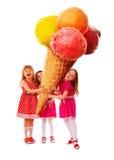 Menina três e o grande gelado foto de stock royalty free