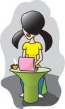 A menina trabalha com computador Fotografia de Stock Royalty Free