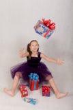 A menina trava um presente Fotos de Stock