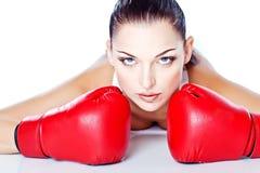 Menina treinada que joga a caixa em luvas vermelhas Foto de Stock