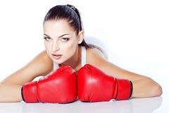 Menina treinada que joga a caixa em luvas vermelhas Fotografia de Stock Royalty Free