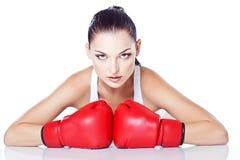Menina treinada que joga a caixa em luvas vermelhas Foto de Stock Royalty Free