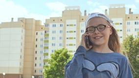 Menina treze que fala no telefone em um dia de verão filme