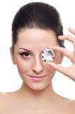 Menina triguenha atrativa com um diamante fotos de stock