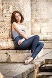 Menina triguenha bonita ao ar livre foto de stock