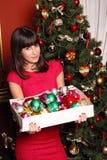 Menina triguenha bonita com bolas do xmas Fotos de Stock Royalty Free