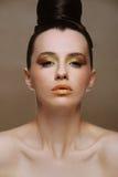 Menina triguenha bonita com composição brilhante e com um penteado à moda Fotos de Stock Royalty Free