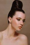 Menina triguenha bonita com composição e sagacidade brilhantes fotos de stock