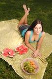 Menina triguenha bonita no piquenique Foto de Stock