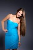 Menina triguenha bonita no vestido azul fotografia de stock