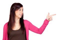 Menina triguenha bonita que indica algo Fotos de Stock
