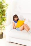 Menina triguenha com livro Imagens de Stock Royalty Free