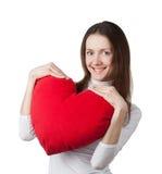 Menina triguenha de sorriso que prende o coração vermelho Imagem de Stock