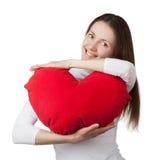 Menina triguenha de sorriso que prende o coração vermelho Foto de Stock