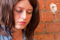 Menina triguenha deprimida que olha fixamente para baixo Fotos de Stock Royalty Free