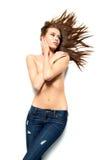 Menina triguenha do cabelo longo com calças de ganga fotografia de stock